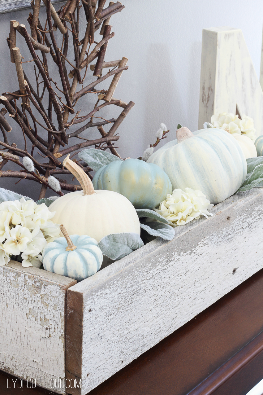 Such a beautiful fall entryway with gorgeous DIY chalky pumpkins!