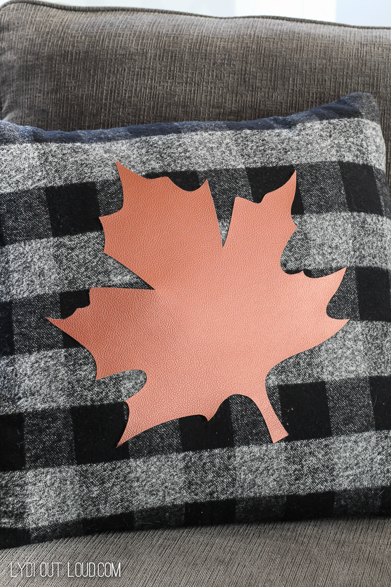 DIY Fall No-sew Pillow via @lydioutloud