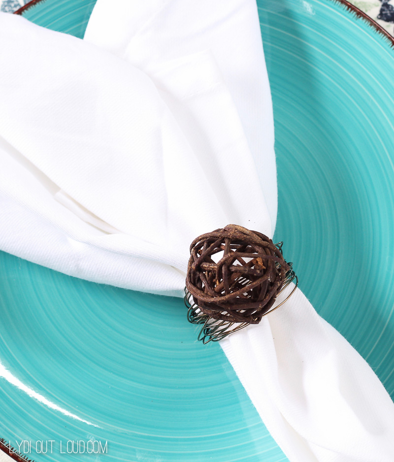 Easy DIY Napkin Rings made out of grapevine balls and wire - so beautiful!