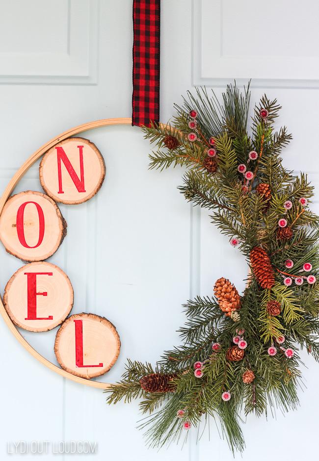 DIY Christmas Hoop Wreath #ChristmasWreaths #DIYChristmasWreath #DIYChristmasHoopWreath