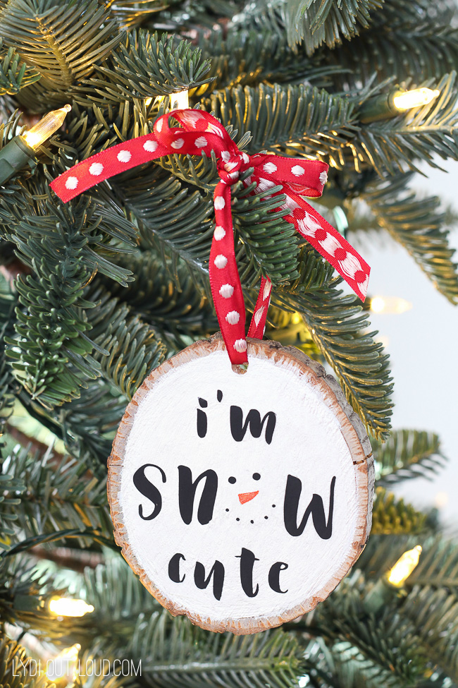 Iron-on Wood Slice Ornament - snow cute! #diyornament #woodsliceornament #woodcraft #diychristmastdecorations